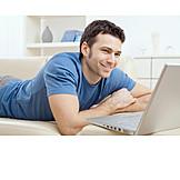 Junger Mann, Häusliches Leben, Freizeit & Entertainment, Laptop