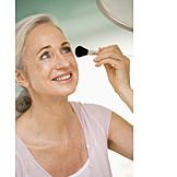 Beauty & Kosmetik, über 60 Jahre, Seniorin, Körperpflege, Schminke, Schminken