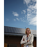 Frau, Alternative Energie, Photovoltaikanlage