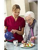 Seniorin, Altenpflegerin, Seniorenheim, Pflegebedürftig, Altenpflege