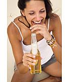 Junge Frau, Sorglos & Entspannt, Genuss & Konsum, Bier, Bierflasche
