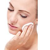 Beauty & Kosmetik, Junge Frau, Gesichtspflege, Gesichtsreinigung
