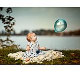 Baby, Luftballon, Abendstimmung
