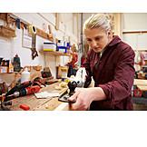 Frau, Ausbildung, Auszubildende, Tischlerei, Tischlerin