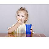 Mädchen, Essen & Trinken, Croissants, Abbeißen