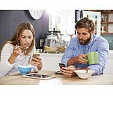 Paar, Mobile Kommunikation, Frühstück, Internetsucht