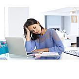 Junge Frau, Büro, Erschöpft, Stress & Belastung