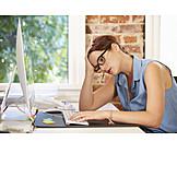 Junge Frau, Büro & Office, Erschöpft, Stress & Belastung