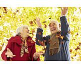 Spaß & Vergnügen, Herbstlich, Lebensfreude, Ausgelassenheit, Seniorenpaar