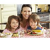 Kind, Mutter, Gesunde Ernährung, Mittagessen