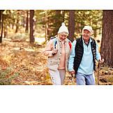 Aktiver Senior, Waldspaziergang, Naturerlebnis