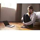 Frau, ängstlich, Laptop, Schlafzimmer