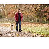 Mann, Hund, Gassi, Herbstspaziergang