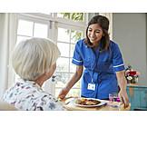 Seniorin, Altenpflegerin, Mittagessen, Pflegedienst