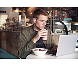 Mann, Café, Frühstück, Laptop