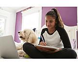 Teenager, Mädchen, Glücklich, Hausaufgaben