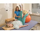 übung, Krankengymnastik, Rückenbeschwerden, Pezziball