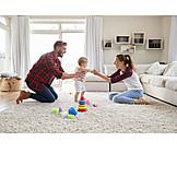 Eltern, Zuhause, Spielen, Tochter, Laufen Lernen