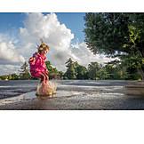 Mädchen, Springen, Wasserpfütze