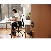 Geschäftsfrau, Schreibtisch, Konzentriert