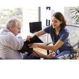 Senior, Krankenhaus, Blutdruckmessgerät, Anlegen