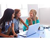 Lachen, Zusammenarbeit, Programmieren, Schülerinnen