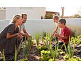 Eltern, Kinder, Gemüsegarten