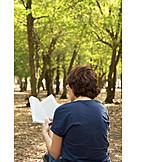 Frau, Natur, Lesen