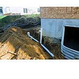 Hausbau, Rohrleitung, Fensterschacht