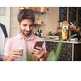 Mann, Glücklich, Lesen, Smartphone
