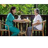 Seniorin, Altenpflegerin, Fürsorge