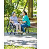 Park, Altenpflegerin, Rollstuhlfahrerin