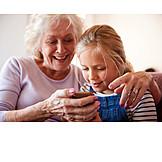 Großmutter, Zuhause, Spielen, Smartphone, Enkeltochter