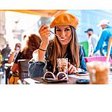 Gastronomie, Städtereise, Eiskaffee, Touristin