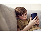 Junge, Zuhause, Traurig, Smartphone