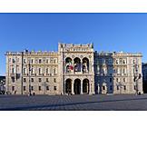 Palazzo del governo, Piazza dell'unità d'italia